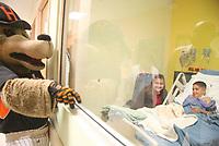 Los ni–os de la clinica  par ala diabetis infantil Hospital de los trabajadores del Estado disfrutaron estra ma–ana de su posada navide–a en el patrio de la institucion conn regalos, pastel, una pastorela y la visita del Beto Coyote