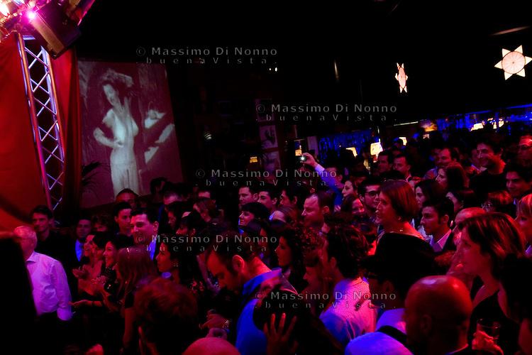 Milano: pubblico assiste ad un numero di burlesque