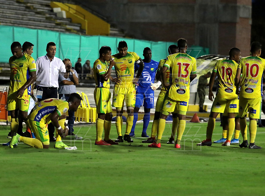 NEIVA-COLOMBIA, 05-10-2019: Jugadores de Atlético Huila esperan por corte de fuido eléctrico durante partido entre Atlético Huila y Envigado F. C. de la fecha 15 por la Liga Águila II 2019 en el estadio Guillermo Plazas Alcid en la ciudad de Neiva. / Players of Atletico Huila wait for power outage,  during game Atletico Huila and Envigado F. C. of the 15th date for the Aguila Leguaje II 2019 at the Guillermo Plazas Alcid Stadium in Neiva city. Photo: VizzorImage  / Sergio Reyes / Cont.