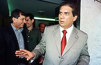 O senador J&aacute;der barbalho chega a Bel&eacute;m ap&oacute;s pedir licen&ccedil;a de 60 dias da presid&ecirc;ncia do senado acompanhado em segundo plano por seu filho J&aacute;derzinho e um assessor.<br />Bel&eacute;m, 20/07/2001.<br />Foto Paulo Santos/Interfoto