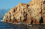 Descente des côtes corses (ici calanques de Piana vers Porto . Raid de 10 jours en kayak  de mer en bivouaquant sur les plages. Corse (côte ouest). France....