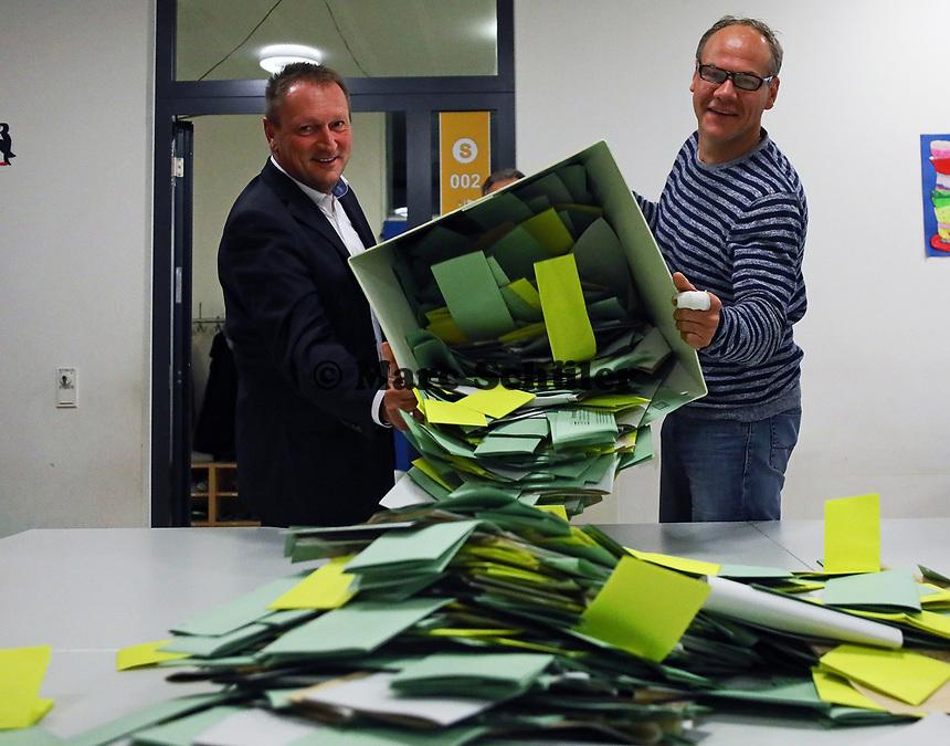 Andreas Hoffmann (l.) und Alexander Kamenicky (r.) leeren die Urne mit den Stimmzetteln in der Büttelborner Pestalozzischule - Büttelborn 28.10.2018: Bürgermeister- und Landtagswahl