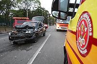 FOTO EMBARGADA PARA VEICULOS INTERNACIONAIS. SAO PAULO, SP, 23/09/2012, ACIDENTE AV TIRADENTES. Na manhã desse Domingo(23) quatro pessoas ficaram feridas quando o veiculo em que viajavam colidiu contra a traseira de um caminhão, sete viaturas dos Bombeiros atenderam a ocorrencia. Luiz Guarnieri/ Brazil Photo Press.