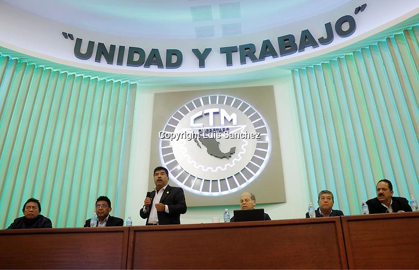 Querétaro, Querétaro. 8 de diciembre de 2016.- Este mediodía se llevó acabo la asamblea de la confederación de trabajadores de México (CTM) en la capital de Querétaro, presidida por el también diputado por el PRI  Jesús llamas Contreras, a quien increparon algunos agremiados. Foto: Luis Sanchez.
