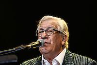 """SAO PAULO, SP, 25.10.2014 - SHOW PEPPINO DE CAPRI. O cantor italiano Peppino de Capri durante apresentação na noite deste sábado, no HSBC Brasil, na zona sul da capital paulista. o cantor apresenta durante show em comemoração aos 56 anos de carreira, interpretações de clássicos napolitanos em versões modernas, como """"I Te Vurria Vasa"""", """"Voce e Notte"""" e """"Luna Caprese"""", além dos sucessos """"Roberta"""" e """"Champagne"""". (Foto: Adriana Spaca / Brazil Photo Press)"""
