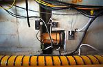 ZEVENHUIZEN - In Zevenhuizen duwt Heijmans Beton- en Waterbouw op een opmerkelijke manier een betonnen fietstunnel onder de snelweg A12 door: met de rupsmethode. Terwijl de betonelementen op traditionele manier met hulp van vijzels op een langsliggende rails onder de snelweg worden geduwd, moet het kunstwerk zich eenmaal onder de snelweg voortbewegen met tussenliggende vijzels die de betonmoten optrekken en voortduwen. COPYRIGHT TON BORSBOOM