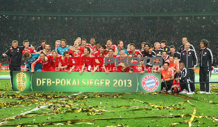 01.06.2013, Olympiastadion, Berlin,<br /> GER, DFB-Pokal, 1.FC Bayern M&uuml;nchen, VfB Stuttgart<br /> im Bild Bayern mit Pokal<br /> <br /> <br /> <br /> Foto &copy; nph / Schulz