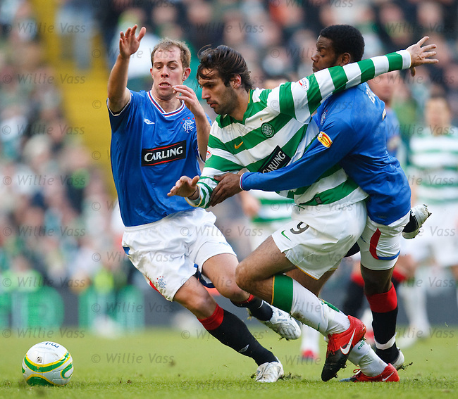 Steven Whittaker and Maurice Edu grapple with Georgios Samaras