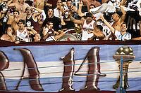 SÃO PAULO,SP,04-12-2013 - COPA SUL-AMERICANA - PONTE PRETA (BRA) x LANÚS (ARG)- Torcedores  do Lanús antes da partida entre Ponte Preta x Lanús em partida válida pelo primeiro jogo na final da copa sul-americana no estádio Paulo Machado de Carvalho (Pacaembu) na noite desta quarta feira (04).(Foto Ale Vianna/Brazil Photo Press).