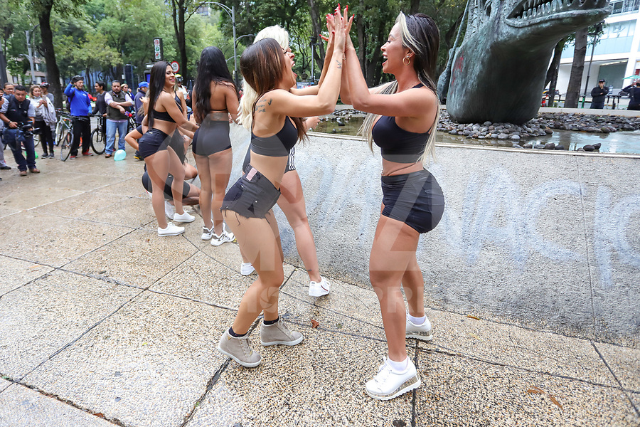 CIDADE DO MÉXICO, MEXICO, 29.09.2019 - MISS-BUMBUM - Candidatas do Miss Bumbum World fazem passeata com a bandeira do concurso e balões verde em protesto a favor do reflorestamento na Amazônia na região central da Cidade do México capital mexicana neste domingo, 29, As candidatas estão na cidade para participar da final do concurso Miss Bumbum World que acontece amanhã 30 de setembro em uma casa de eventos da Cidade do México A campeã vai faturar 100 mil dólares em contratos publicitários. (Foto: William Volcov/Brazil Photo Press)