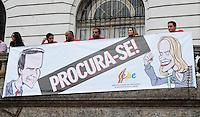 RIO DE JANEIRO,RJ,12.06.2013: PROFESSORES DO MUNICIPIO REALIZAM PROTESTO NO CENTRO DO RIO- Profissionais da educação do municipio do Rio, realizaram um protesto nas escadarias da Camara dos Vereadores, contra a falta de de respeito com os professores, alunos e o abandono do sistema de ensino. Rosas foram distribuidas a populares e policias que acompanhavam o protesto. SANDROVOX/BRAZILPHOTOPRESS