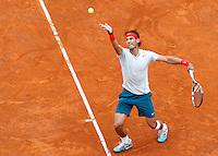 Lo spagnolo Rafael Nadal al servizio durante gli Internazionali d'Italia di tennis a Roma, 16 Maggio 2013..Spain's Rafael Nadal serves the ball during the Italian Open Tennis tournament ATP Master 1000 in Rome, 16 May 2013.UPDATE IMAGES PRESS/Isabella Bonotto