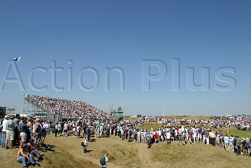 July 19, 2003: Spectators gather around the 8th green, The Open Championship, Royal St George's Golf Club Photo: Neil Tingle/Action Plus...British 2003 golf golfer golfers 030719 greens spectator crowd crowds venue venues course courses
