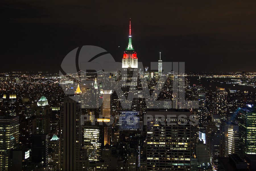 NOVA YORK, ESTADOS UNIDOS, 08.08.2015 - HOMENAGEM-EMPIRE - Vista do Empire State Building com iluminação branca, vermelha e verde em Manhattan, na cidade de New York nos Estados Unidos, na noite deste sábado (8). A iluminação celebra o 25 festival de Barcos do Dragão de Hong Kong. (Foto: William Volcov/Brazil Photo Press)
