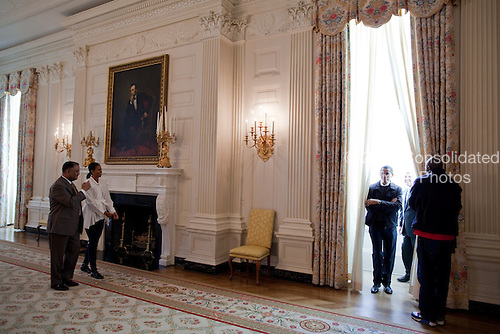 """President Barack Obama and First Lady Michelle Obama tour the State Dining Room with White House Chief Usher Admiral Stephen """"Steve"""" Rochon, left; Curator William """"Bill"""" Allman and Personal Aide Reggie Love, right.  1/24/09.Mandatory Credit: Pete Souza - White House via CNP"""