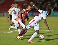 IBAGUE - COLOMBIA , 5 -11 - 2017.Angelo Rodriguez (Izq.) jugador del Deportes Tolima disputa el balón con el Atlético Junior   durante encuentro  por la fecha 19 de la Aguila II 2017 disputado en el estadio Manuel  Murillo Toro./ Angelo Rodriguez (L) player of Deportes Tolima   fights for the ball with  Atletico Junior   during match for the dat 19 of the Aguila League II 2017 played at Manuel Murillo Toro stadium. Photo:VizzorImage / Juan Carlos Escobar  / Contribuidor