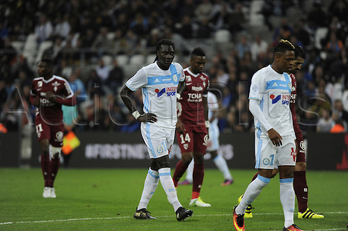 16.10.2016. Marseille, France. French league 1 football. Olympique Marseille versus Metz.  Gomis (OM) moves up for a corner kick