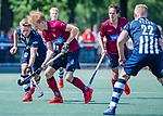 DEN HAAG -  Ruben Versteeg (HCKZ) met Sander Groenheijde (HDM)   tijdens  de eerste Play out wedstrijd hoofdklasse heren ,  HDM-HCKZ (1-2) . COPYRIGHT KOEN SUYK