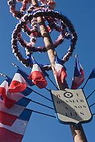 Europe/France/Aquitaine/24/Dordogne/Besse: Mât d'honneur Ancienne coutume perdurant encore, surtout au sud de la France, le mât d'honneur est dressé par les habitants d'une commune chaque année, à l'entrée de la maison ou de la propriété du maire et des élus.