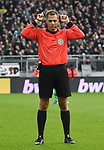 30.11.2019,  GER; 2. FBL, FC St. Pauli vs Hannover 96 ,DFL REGULATIONS PROHIBIT ANY USE OF PHOTOGRAPHS AS IMAGE SEQUENCES AND/OR QUASI-VIDEO, im Bild Einzelaktion Hochformat Schiedsrichter Robert Hartmann (Wangen) Foto © nordphoto / Witke