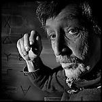 fecha:25-04-2011 Fermin del Amo de Laiglesia con una de sus esculturas en su casa en Palas de Rei, Lugo. Foto:Pedro Agrelo