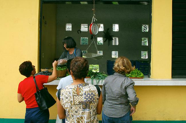 Als Kooperative gefuehrter Landbau in Caracas, des Hauptstadt Venezuelas. Die Produkte koennen im Kooperativ-Laden billig erworben werden.<br /> 18.11.2004, Caracas / Venezuela<br /> Copyright: Christian-Ditsch.de<br /> [Inhaltsveraendernde Manipulation des Fotos nur nach ausdruecklicher Genehmigung des Fotografen. Vereinbarungen ueber Abtretung von Persoenlichkeitsrechten/Model Release der abgebildeten Person/Personen liegen nicht vor. NO MODEL RELEASE! Nur fuer Redaktionelle Zwecke. Don't publish without copyright Christian-Ditsch.de, Veroeffentlichung nur mit Fotografennennung, sowie gegen Honorar, MwSt. und Beleg. Konto: I N G - D i B a, IBAN DE58500105175400192269, BIC INGDDEFFXXX, Kontakt: post@christian-ditsch.de<br /> Bei der Bearbeitung der Dateiinformationen darf die Urheberkennzeichnung in den EXIF- und  IPTC-Daten nicht entfernt werden, diese sind in digitalen Medien nach &sect;95c UrhG rechtlich geschuetzt. Der Urhebervermerk wird gemaess &sect;13 UrhG verlangt.]