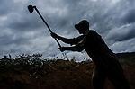 Comunidade de Jerusalém, município de Rubim na região do baixo Jequitinhonha, Norte de Minas Gerais. Nessa região é possível encontrar três tipos de biomas: caatinga, cerrado e mata atlântica. A ASA Brasil, Articulação no Semiárido Brasileiro, tem implementado em diversas comunidades no Norte de Minas o Programa Uma Terra e Duas Águas (P1+2) e o Programa Um Milhão de Cisternas (P1MC) que tem como objetivo viabilizar a captação e armazenamento de água de chuva nessas comunidades para consumo humano, criação de animais e produção de alimentos. Entre os parceiros para implementação dos projetos tem destaque na região a Cáritas Diocesana de Almenara. Mutirão para construção de calçadão, também conhecido como terreirão.