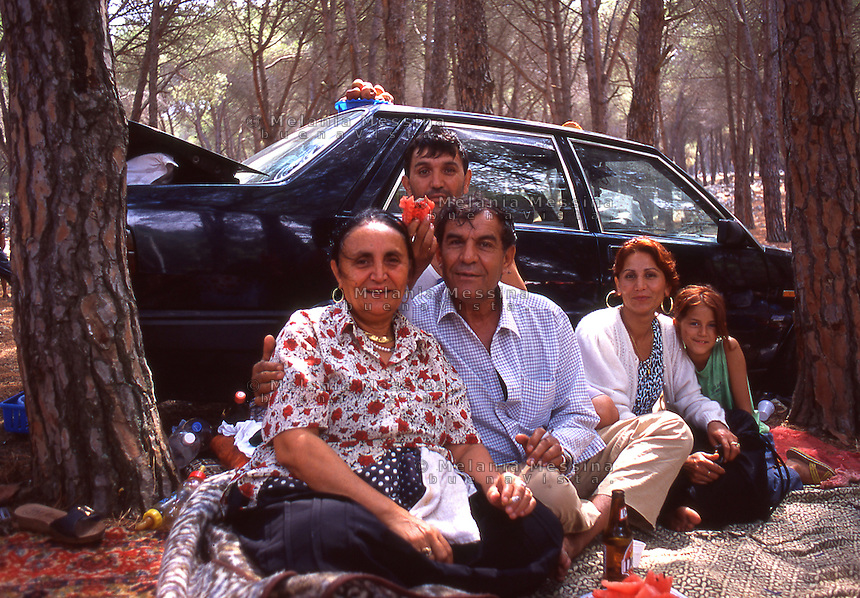 Palermo,  Roma community family during  a picnic to celebrate the Saint patron of Palermo Rosalia.<br /> Palermo, famiglia della comunit? Rom, celebra la santa patrona della citt? Rosalia sul monte Pellegrino.