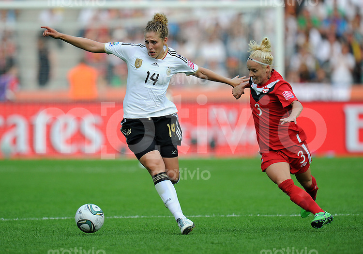 FUSSBALL  FIFA FRAUEN WELTMEISTERSCHAFT 2011  GRUPPE A Deutschland - Kanada       26.06.2011 Kim KULIG (li, Deutschland) gegen Kelly PARKER (re, Canada)