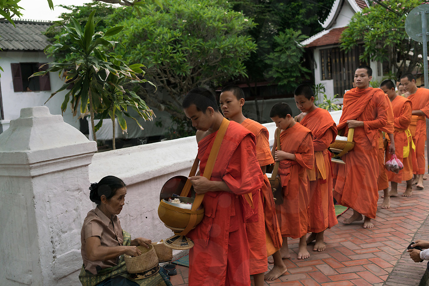 May 07, 2017 - Luang Prabang (Laos). Buddhist monks receive alms in the streets of Luang Prabang. © Thomas Cristofoletti / Ruom