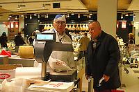 Roma, .Supermercato Coop Laurentino.Venditore di parmiggiano.Supermarket Coop Laurentino.Seller of parmesan.