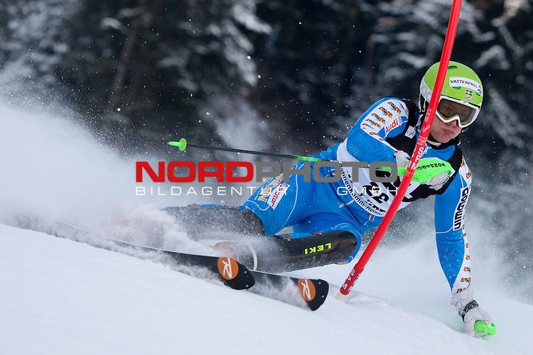 KITZBUHEL AUSTRIA. 23-01-2011. Axel Baeck (SWE) attacks a control gate while competing in the slalom race part of  Audi FIS World Cup races in Kitzbuhel Austria.                                                                                                        Foto nph /  Mitchell Gunn