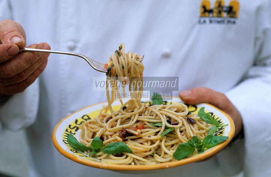 "Europe/Italie/Lombardie/Env du Lac de Come/ Mariano Comense: Sergio Mauri chef du restaurant ""La Rimessa"" mange ses spagghettis à la méditerranéenne"