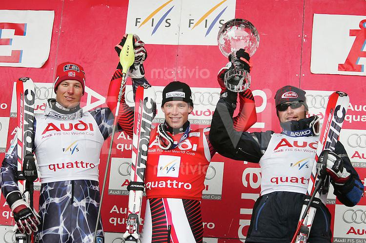 Ski Alpin Saison 2005/2006 Gesamtweltcup Herren Benjamin Raich (AUT,mitte)mit Kirstallkugel, gewinnt Aksel Lund Svindal (NOR,li) belegt Platz 2. und Bode Miller (USA,re )belegt Platz 3.