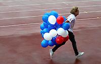 Nederland Amsterdam -  September 2018.  De Nationale Rollatorloop in het Olympisch Stadion vond dit jaar plaats in de stromende regen. De Rollatorloop is speciaal in het leven geroepen om elkaar op te peppen om in beweging te blijven. Medewerker haalt de ballonnen voor de deelnemers op.   Foto Berlinda van Dam / Hollandse Hoogte