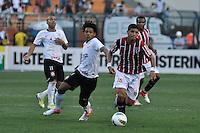 SÃO PAULO, SP, 26 AGOSTO DE 2012 - CAMPEONATO BRASILEIRO - CORINTHIANS x SÃO PAULO: Denilson (d) e Romarinho (e) durante partida Corinthians x São Paulo,  válida pela 19ª rodada do Campeonato Brasileiro de 2012, em partida disputada no Estádio do Pacaembu em São Paulo. FOTO: LEVI BIANCO - BRAZIL PHOTO PRESS