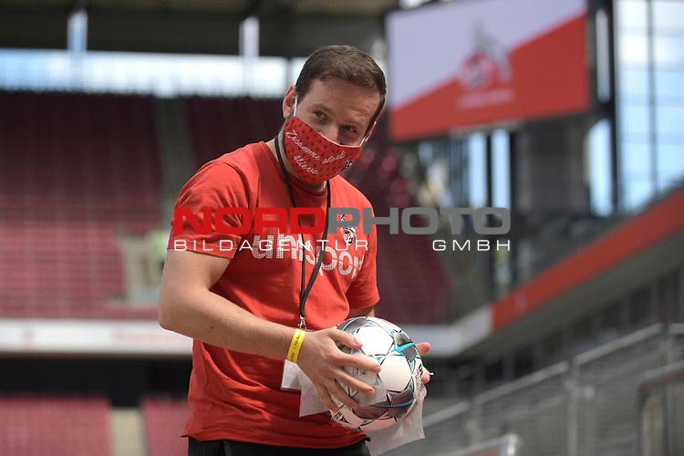 nph00351: Balljunge desinfiziert einen Spielball unter Einhaltung der Hygieneregeln.<br /> <br /> Sport: Fussball: 1. Bundesliga: Saison 19/20: 26.Spieltag: 1.FC KOELN-FSV MAINZ 05,17.05.2020.<br /> <br /> Nur für journalistische Zwecke! Only for editorial use!<br /> Gemäß den Vorgaben der DFL Deutsche Fußball Liga ist es untersagt, in dem Stadion und/oder vom Spiel angefertigte Fotoaufnahmen in Form von Sequenzbildern und/oder videoähnlichen Fotostrecken zu verwerten bzw. verwerten zu lassen. DFL regulations prohibit any use of photographs as image sequences and/or quasi-video.<br /> <br /> Foto: Anke Waelischmiller/SVEN SIMON/POOL/via Meuter/nordphoto