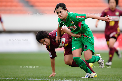 (L to R) <br /> Minori Wakabayashi (Jef Ladies), <br /> Yui Hasegawa (Beleza), <br /> OCTOBER 31, 2015 - Football / Soccer : <br /> Plenus Nadeshiko League 2015 <br /> between NTV Beleza 2-0 Jef Chiba Ladies <br /> at Komazawa Olympic Park Stadium, Tokyo, Japan. <br /> (Photo by AFLO SPORT)