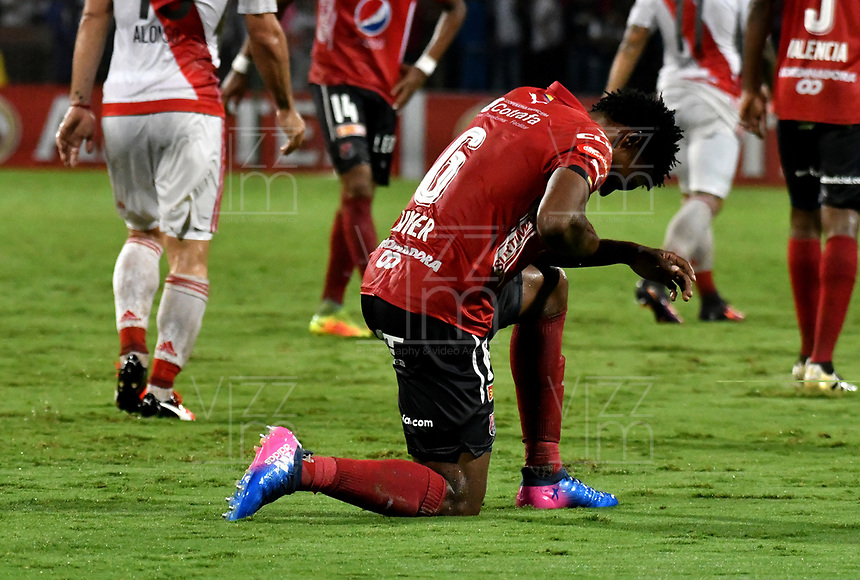 jugador de Deportivo Independiente Medellin, lamenta la  perdida del partido de la fase de grupos, grupo 3, fecha 1 entre Deportivo Independiente Medellin de Colombia y River Plate de Argentina por la Copa Conmebol Libertadores Bridgestone 2017 en el Estadio Atanasio Girardot, de la ciudad de Medellin. / Didier Moreno, player of Deportivo Independiente Medellin, reacts after missing the match for the group stage, group 3 of the date 1, between Deportivo Independiente Medellin of Colombia and River Plate of Argentina for the Conmebol Libertadores Bridgestone Cup 2017, at the Atanasio Girardot, Stadium, in Medellin city. Photos: VizzorImage / Luis Ramirez / Staff.