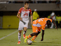 ENVIGADO -COLOMBIA-21-02-2016. Jhonny Mosquera (Der) jugador de Envigado FC disputa el balón con Juan D Roa (Izq) jugador de Independiente Santa Fe durante partido por la fecha 5 de la Liga Águila I 2016 realizado en el Polideportivo Sur de la ciudad de Envigado./ Jhony Mosquera (R) player of Envigado FC fights for the ball with Juan D Roa (L) player of Independiente Santa Fe during match for the date 5 of the Aguila League I 2016 at Polideportivo Sur in Envigado city.  Photo: VizzorImage/ León Monsalve /STR