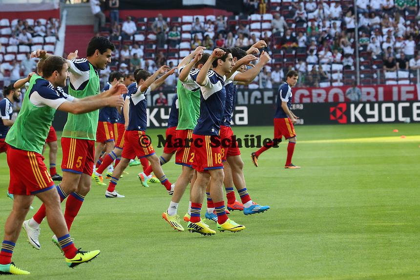Hendryk Mkhitaryan (Armenien #18) und seine Mannschaftskollegen wärmen sich auf - Deutschland vs. Armenien in Mainz