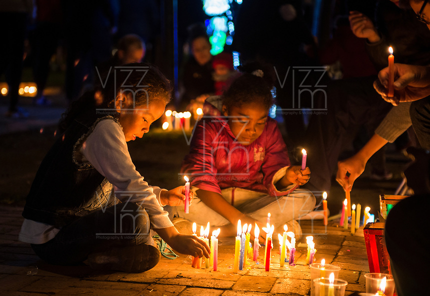 BOGOTA - COLOMBIA, 07-12-2017: Cientos de personas se dieron cita hoy, diciembre 7 de 2017, en el popular ParkWay de la ciudad de Bogotá para celebrar el día de las velitas que marca el inicio de las festividades decembrinas en Colombia./ Hundreds of people gathered today, 07 December 2017, at ParkWay, popular place of Bogota, to celebrate the day of the candles that markzs the beginning of the Christmas festivities in Colombia. Photo: VizzorImage / Gabriel Aponte / Staff