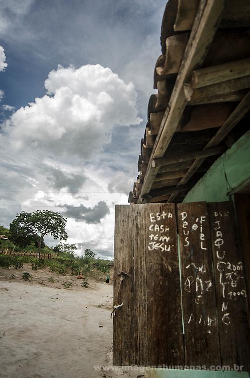 Comunidade de Jerusalém, município de Rubim na região do baixo Jequitinhonha, Norte de Minas Gerais. Nessa região é possível encontrar três tipos de biomas: caatinga, cerrado e mata atlântica. A ASA Brasil, Articulação no Semiárido Brasileiro, tem implementado em diversas comunidades no Norte de Minas o Programa Uma Terra e Duas Águas (P1+2) e o Programa Um Milhão de Cisternas (P1MC) que tem como objetivo viabilizar a captação e armazenamento de água de chuva nessas comunidades para consumo humano, criação de animais e produção de alimentos. Entre os parceiros para implementação dos projetos tem destaque na região a Cáritas Diocesana de Almenara.