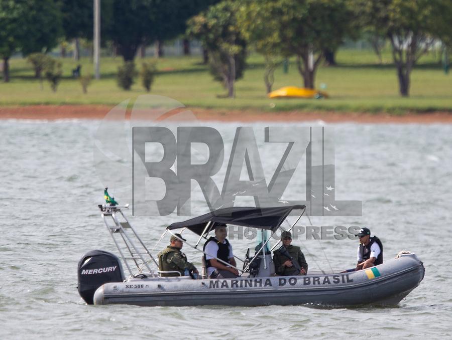 BRASILIA, DF, 09.01.2019 - BOLSONARO-MARINHA-    Militares fazem seguran&ccedil;a no Lago Parano&aacute; pela presen&ccedil;a do presidente da Rep&uacute;blica, Jair Bolsonaro, durante solenidade de transmiss&atilde;o do cargo do Comando da Marinha ao senhor almirante de Esquadra, Ilques<br /> Barbosa Junior, no Clube Naval de Bras&iacute;lia, nesta quarta, 09.(Foto:Ed Ferreira / Brazil Photo Press)
