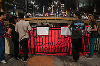 SÃO PAULO, SP, 23.09.214 - DIA PROTESTO/ FARSA ELEITORAL/ PAULISTA - Um grupo de manifestantes realiza protesto contra a farsa eleitoral e a repressão policial em manifestações, na praça do Ciclista, no começo da noite desta terça-feira (23), em São Paulo. (Foto: Taba Benedicto/ Brazil Photo Press)