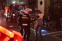 SÃO PAULO 18 JUNHO 2013 - PROTESTO CONTRA O AUMENTO DE TARIFA DE ONIBUS SP- Manifestantes colocam fogo no saguão do Hotel Othon que havia sido ocupado pela frente Sem  Moradia na av Libero Badaró, ao lado do predio da prefeitura de São Paulo na noite desta terça feira (18). Os bombeiros chegaram ao local.É a 6ª manifestação organizada pelo MPL (Movimento Passe Livre) que reivindica a redução da passagem de ônibus na cidade de São Paulo. FOTO: LEVI BIANCO - BRAZIL PHOTO PRESS