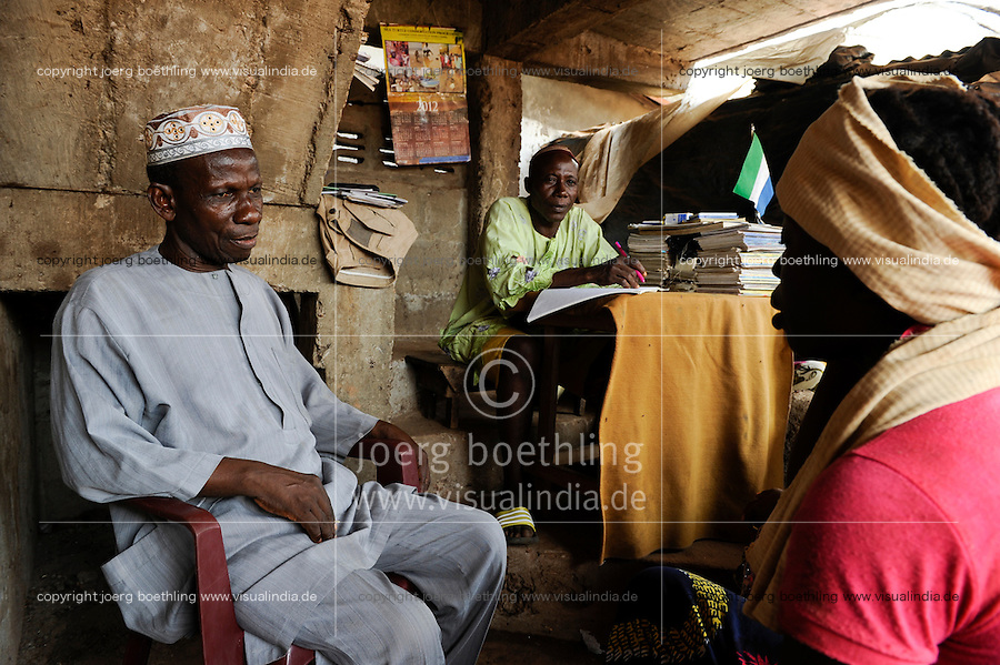 SIERRA LEONE Tombo , Qadi, islamic judge / SIERRA LEONE Tombo, muslimischer Rechtssprecher, Kadi, urteilt nach der Scharia