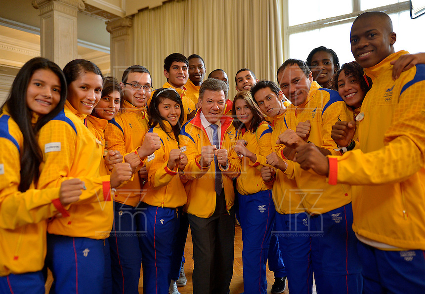 BOGOTÁ - COLOMBIA, 10-11-2014. Juan Manuel Santos, Presidente de Colombia, hace entrega el pabellón nacional a la delegación de deportistas que representará a Colombia en los Juegos Centroamericanos y del Caribe Veracruz 2014./ Juan Manuel Santos, President of Colombia, gives the national pavilion to the delegation of athletes who will represent Colombia at Juegos Centroamericanos y del Caribe Veracruz 2014. Photo: VizzorImage /  Juan pablo Bello - SIG / HANDOUT PICTURE; MANDATORY EDITORIAL USE ONLY/ NO MARKETING, NO SALES