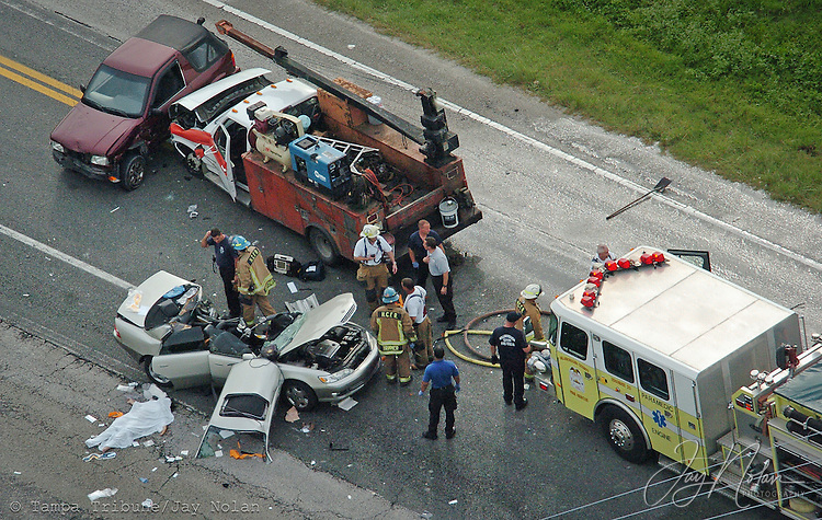 HILLSBOROUGH,TAMPA,7/17/08--FOR METRO SLUGGED: CAR FATAL--The scene of a fatal accident involving 3-vehicles on Hwy. 301 at Jefferson in Hillsborough County. (staff/Jay Nolan) (EDS NOTE BODY UNDER SHEET HAS ARMS EXPOSED)