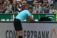 Schiedsrichter Sasche Stegemann entscheidet auf Elfmeter für Hertha und muss den Videobeweis konsultieren- 21.04.2018: Eintracht Frankfurt vs. Hertha BSC Berlin, Commerzbank Arena